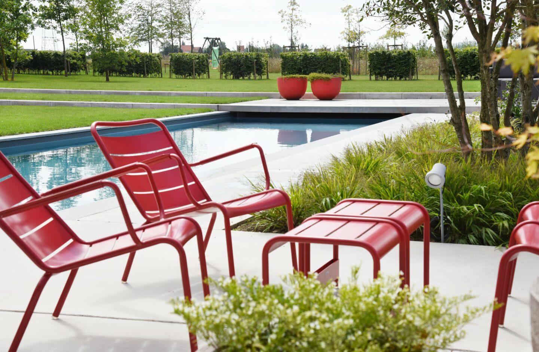 https://www.artifix.be/wp-content/uploads/2019/06/tuinen-rood-meubilair-zwembad.jpg